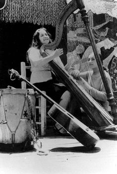 Joan Baez, Margot Loyola, Color Violeta, Folk Music, Music Love, Black And White Photography, Rock And Roll, Singer, Culture
