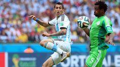 TACO. Angel Di Maria de Argentina trata de controlar la pelota junto a Ambrose de Nigeria. (Marcelo Genlote)