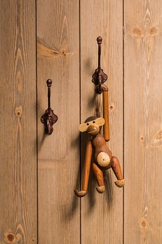 Alt er mulig med paneler i tre Bathroom Hooks, Door Handles, Handmade, Inspiration, Cabin, Home Decor, Tips, Door Knobs, Biblical Inspiration