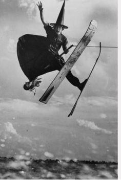 For Cathy Hartley. 1953 full-length portrait of water ski champion Alfredo Mendoza skiing in witch's costume, holding broomstick, jumping in mid-air, Cypress Gardens, Florida. Vintage Witch, Vintage Halloween, Happy Halloween, Halloween Witches, Whimsical Halloween, Photo Vintage, Vintage Photos, Humour Halloween, Halloween Sayings