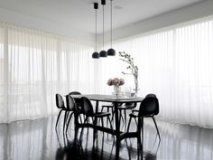 Ideas curtain-modern-white-dining room design Source by marencmueller Dining Room Curtains, Dining Room Furniture, Dining Room Table, Black Furniture, Dining Rooms, Luxury Furniture, Black And White Dining Room, White Rooms, White Walls