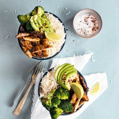 These Barbecue Honey Chicken Rice Bowls are packed with flavour and are a super lite and delicious dinner dish. Best Dinner Recipes, Whole Food Recipes, Healthy Recipes, Healthy Dinners, Healthy Cooking, Cooking Recipes, Chicken Rice Bowls, Honey Chicken, Barbecue Chicken