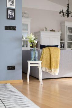 Ich liebe Farben auf Wänden. Ein rauchig - warmes Blau hat es mir momentan besonders angetan. Daher wurde die Wand im Wohnzimmer in der Farbe Blau gestrichen.