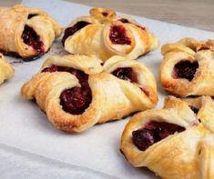 Bun puff pastry stuffed with cherries Ring Cake, Hungarian Recipes, Hungarian Food, Ciabatta, Junk Food, Japanese Food, Scones, Doughnut, Cookie Recipes