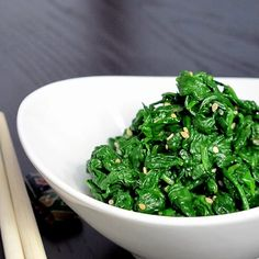 Oshitashi is a traditional Japanese side dish that's low in calories and fat. Only 5 ingredients are needed to make this healthy and delicious spinach side! Easy Japanese Recipes, Easy Asian Recipes, New Recipes, Cooking Recipes, Healthy Recipes, Ethnic Recipes, Japanese Side Dish, Japanese Dishes, Recipes