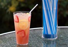 Λεμονάδα με φράουλες, κρασί Mοσχάτο και βασιλικό  Είστε εραστές της λεμονάδας και της φράουλας; Αυτό είναι ένα δροσιστικό κοκτέιλ με κρασί Μοσχάτο που μπορείτε να βρείτε στο site μας...