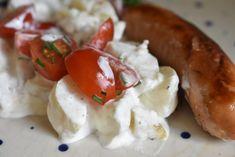 Kold kartoffelsalat med creme fraiche og purløg Snack Recipes, Snacks, Creme Fraiche, Pavlova, Caprese Salad, Feta, Sausage, Grilling, Lunch