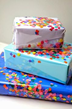 Diy Gift Crafts – DIY Confetti Wrapping Paper DIY birthday - Birthday Presents Diy Confetti, Paper Confetti, Creative Gift Wrapping, Creative Gifts, Wrapping Gifts, Gift Wrapping Ideas For Birthdays, Paper Gifts, Diy Paper, Kraft Paper