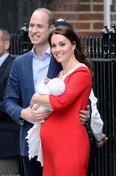 Proud Prince William placed his arm around his wife as they introduced their new baby prin... #katemiddleton Prince William Family, Kate Middleton Prince William, Prince William And Catherine, Catherine Walker, Estilo Kate Middleton, Kate Middleton Style, Duke And Duchess, Duchess Of Cambridge, Prinz Georges