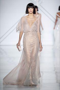 Guarda la sfilata di moda Ralph & Russo a Parigi e scopri la collezione di abiti e accessori per la stagione Alta Moda Primavera Estate 2017.