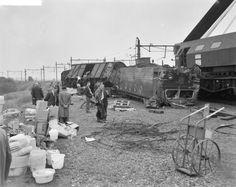 Treinongeluk in Tilburg. Locomotief ondersteboven (1961) | Tilburg