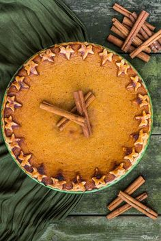 I wanted to try a pie recipe with vegetables. What is more appropriate than sweet potatoes? Look at the result . Cinnamon Pie, Sweet Potato Cinnamon, Pie Recipes, Fall Recipes, Holiday Recipes, Creme Brulee Cake, Potato Pie, Pie Dessert, Fun Desserts