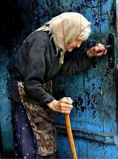 Always be there for the senior, old people. Remember that they once held us and when we become like them we would love to be cared of. Old people are precious. People Photography, Portrait Photography, Old Faces, Interesting Faces, People Around The World, Belle Photo, Old Women, Alter, Beautiful People