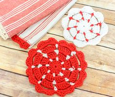 I have another kitchen crochet pattern for you today! This time a happy and colorful crochet dishcloth pattern. As you can see, I stayed with with red and white to coordinate with my crochet edged tea towels and crochet potholders. Crochet Potholder Patterns, Crochet Dishcloths, Crochet Motif, Knitting Patterns, Rug Patterns, Crochet Edgings, Crochet Poncho, Crochet Slippers, Sewing Patterns