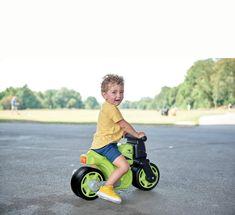Detské odrážadlo Bike od nemeckého výrobcu hračiek #BIG je kvalitná pohybová pomôcka vo forme motorky pre chlapcov. Detské odrážadlo je vyhotovené v krásnej zeleno-čiernej farebnej kombinácii, v prednej časti má dve veselé očká a zdobia ho nálepky, ktoré umocňujú pretekársky ráz vozidielka. Tricycle, Racing, Bike, Running, Bicycle, Auto Racing, Cruiser Bicycle, Bicycles