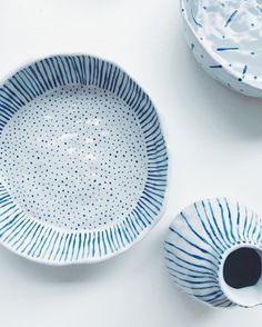 Blaue Keramik von Chloe May Brown - Edna Ballance Painted Ceramic Plates, Ceramic Tableware, Ceramic Clay, Hand Painted Ceramics, Ceramic Painting, Ceramic Bowls, Ceramic Pottery, White Ceramics, Stoneware