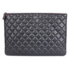 Preowned Chanel Black Lambskin Over-sized Clutch Bag, Zippy Pouch Xl (4.405 BRL) ❤ liked on Polyvore featuring bags, handbags, clutches, black, oversized handbags, oversized purses, pouch purse, quilted pouch and chanel