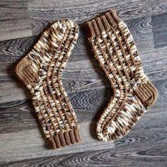En erityisemmin pidä valmiiksi raidoitetuista langoista. Ne ovat yksistään jotenkin tosi sekavan näköisiä. Siispä onkin erikoista ett... Knitting Socks, Sewing, Crochet, Beanies, Scarves, Knit Socks, Scarfs, Dressmaking, Couture