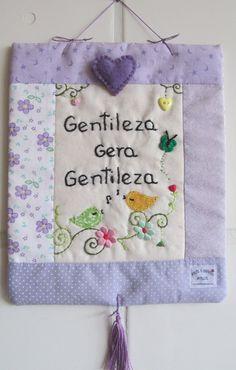 **MODELO EXCLUSIVO ARTE E OFÍCIO ATELIÊ** <br> <br>Mini-panô feito com tecido 100%algodão, bordado à mão, estruturado c/manta acrílica, detalhes variam de acordo c/ as cores do tecido e frases. Colchas Quilt, Yo Yo Quilt, Mini Quilts, Prayer Flags, Log Cabin Quilts, Love Sewing, Embroidered Flowers, Needlework, Patches