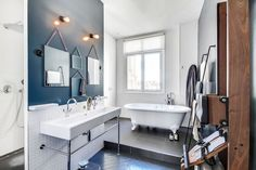 Grands carreaux anthracite et parquet gris foncé dans la salle de bains