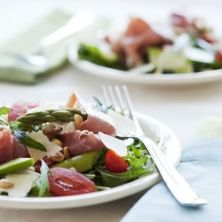 Salade met groene asperges en serranoham