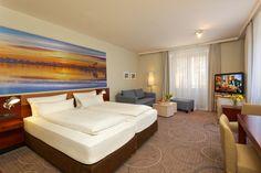 ab 34 m², sehr geräumige Zimmer, großzügiges Bad mit Badewanne & separater Dusche, mit Couchgarnitur, in der oberen Etage gelegen
