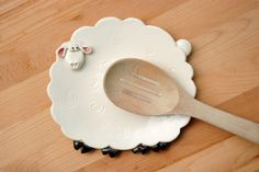 White sheep spoon rest or trinket dish by ShopBeckyZee on Etsy Hand Built Pottery, Slab Pottery, Pottery Plates, Ceramic Pottery, Ceramic Spoons, Ceramic Clay, Ceramic Plates, Clay Projects, Clay Crafts