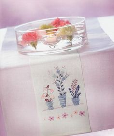 Milieu Cross Stitch Flowers, Napkins, Tableware, Creative, Embroidery, Middle, Dinnerware, Towels, Dinner Napkins