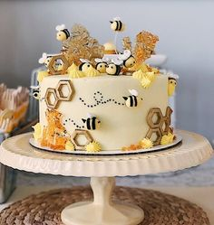 Bee Beehive Sweet Treats and Adorable Party Ideas ideas creative Bee Cakes, Cupcake Cakes, Cupcakes, Pink Cakes, Bee Birthday Cake, Kreative Desserts, Gateaux Cake, Macaron, Pretty Cakes