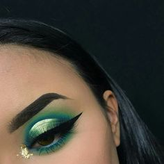 Lana Del Rey Makeup Eyeliner Winged Liner natural vintage with retro hairstyles . - Beauty - Make UP Day Makeup, Makeup Inspo, Makeup Art, Makeup Looks, Makeup Ideas, Makeup Guide, Eyeshadow For Green Eyes, Eyeshadow Looks, Eyeshadow Makeup