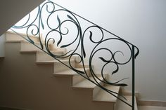 Contemporary and creative metal stair railing that cascade and flow down and around the stairs. Metal Handrails, Wrought Iron Staircase, Wrought Iron Stair Railing, Metal Stairs, Staircase Railings, Iron Railings, Balustrade Inox, Balustrade Design, Stair Railing Design