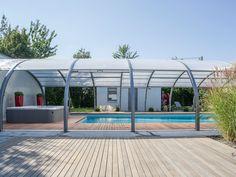 L'abri de piscine par l'esprit piscine 10 x 5 m Revêtement gris clair Escalier droit Plage en ipé Abri Abrisud