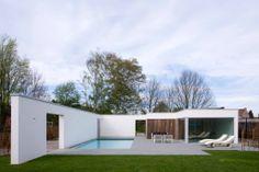 Je tuin krijgt een enorme meerwaarde dankzij een zwembad. CBC Zwembaden uit Begijnendijk is een professionele zwembadbouwer. Het thuiskantoor is omgevormd tot een klein paradijs. Dit totaalproject geeft de bewoners het hele jaar rond het gevoel van op vakantie te zijn… vlakbij huis. (foto's Hendrik Biegs)  Dit totaalproject is ingepakt in een witte muur, welke privacy garandeert, de wind tegenhoudt én zonlicht weerkaatst. Het poolhouse zelf is geïsoleerd en voorzien van een witte crepi.