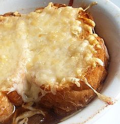 Semi-Homemade French Onion Soup (toss all ingredients in slow cooker and set for hours.I dont like onions but I love French Onion Soup! Crockpot French Onion Soup, Homemade French Onion Soup, Slow Cooker Recipes, Crockpot Recipes, Soup Recipes, Cooking Recipes, Kitchen Recipes, Cookbook Recipes, Crock Pot Soup