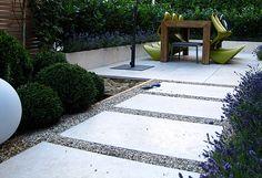 Moderner Garten Kleingarten Holzdeck Steinplatten Lavendelpflanzen Kirschlorbeer