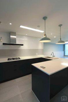 잠실 엘스 아파트 인테리어 이사전_ 33py : 홍예디자인의 주방 Interior Concept, Interior Design, Kitchen Interior, Kitchen Decor, Downlights, Colorful Interiors, My House, New Homes, Kitchen Cabinets