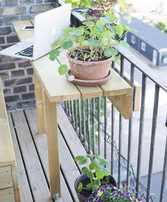 DIY guide: Sådan får du det bedste ud af en lille altan - Co Balcony Bar, Small Balcony Decor, Small Dorm, Apartment Balcony Decorating, Diy Wall Shelves, Vegetable Garden Design, Interior Exterior, Dream Garden, Backyard Patio