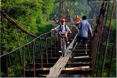 Este niño cruza viejo puente de madera con su bicicleta en Indonesia - http://www.leanoticias.com/2012/12/31/este-nino-cruza-viejo-puente-de-madera-con-su-bicicleta-en-indonesia/