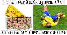 Descubrimos que la posición favorita de Neymar, definitivamente, es el pasto.
