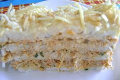 A Torta Fria de Salpicão é fácil de fazer, deliciosa e perfeita para o lanche da sua família. Faça e confira! Veja Também:4 Receitas de Torta Fria com Pão