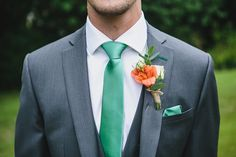 grauer Anzug mit farbenfrohen Details