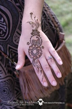 This site has artists' pics of many Simple Festival henna designs, mostly simple elegant feminine swirly designs for ankles or hands | Hand of Fatima Henna Art