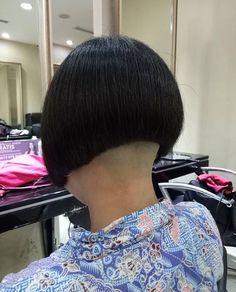 画像に含まれている可能性があるもの:1人以上 Shaved Bob, Shaved Nape, Graduated Bob Haircuts, Long Bob Haircuts, Bob Hairstyles For Thick, Cool Hairstyles, One Length Bobs, Shaggy Bob Haircut, Undercut Bob