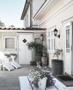 Back patio idea.like colors Outdoor Rooms, Outdoor Dining, Outdoor Gardens, Outdoor Decor, Porches, Garden Inspiration, Interior And Exterior, Pergola, Home And Garden