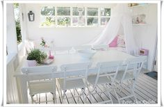 Shabbilicious Sunday takes us on a tour of Susi Rydahls gorgoeus Denmark home. Filled with her pretty GreenGate pastel mix and match style, if you love shabby or cottage style decorating you'll love this tour. Click to visit Shabby Art Boutique now or PIN for later.