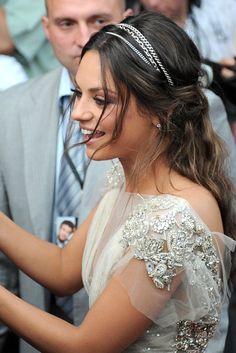Nos encanta este peinado de Mila Kunis. Es de novia total :)