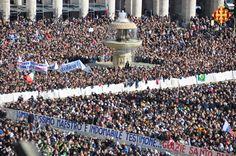 Els fidels reunits a la Plaça Sant Pere amb pancartes per al Papa Benet XVI
