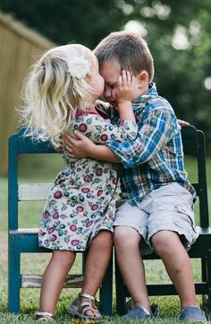 Best friends and young love Baby Kind, Baby Love, Big Bisous, Color Splash, Color Pop, Cute Kids, Cute Babies, Sweet Kisses, Young Love