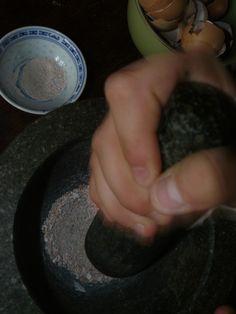 Skorupki jaj – zastosowanie. W czasie przygotowywania posiłku składającego się z jaj kurzych często bezwiednie wyrzucamy ich skorupki do śmietnika, a w lepszym wariancie do kompostu. Są jeszcze inne sposoby na to, by odpad w postaci skorupki mógł się nam... #diy #nawozynaturalne #ogrodypermakultury