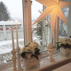 Godförmiddag ifrån frukostbordetVaknade till barmark men nu singlar det ner stora snöflingor även hos mig❄️Känner väl ingen större eufori men det är ju faktiskt vinter❄️Önskar er alla en riktigt fin dag och kör försiktigt om ni måste ge er ut på vägarna✨Kram✨Tusen tack snälla @finahem för repost